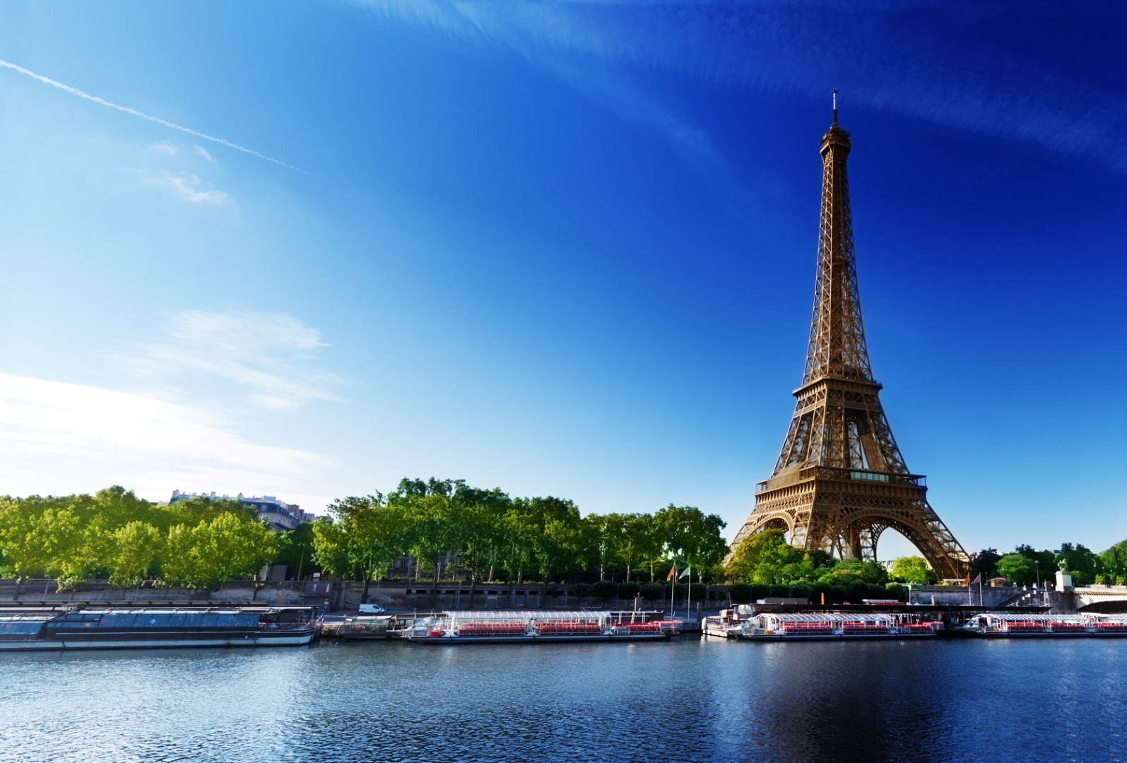 viajar en verano Seine in Paris with Eiffel tower in sunrise time