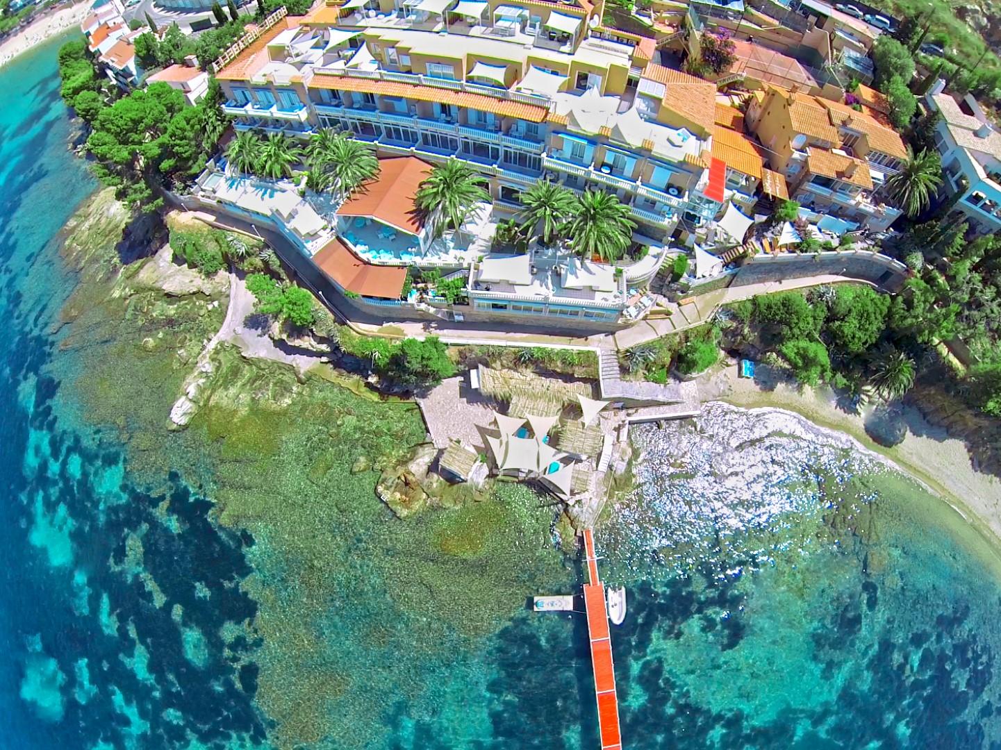 hoteles de playa Vista aérea del hotel Vistabella en Roses, Girona