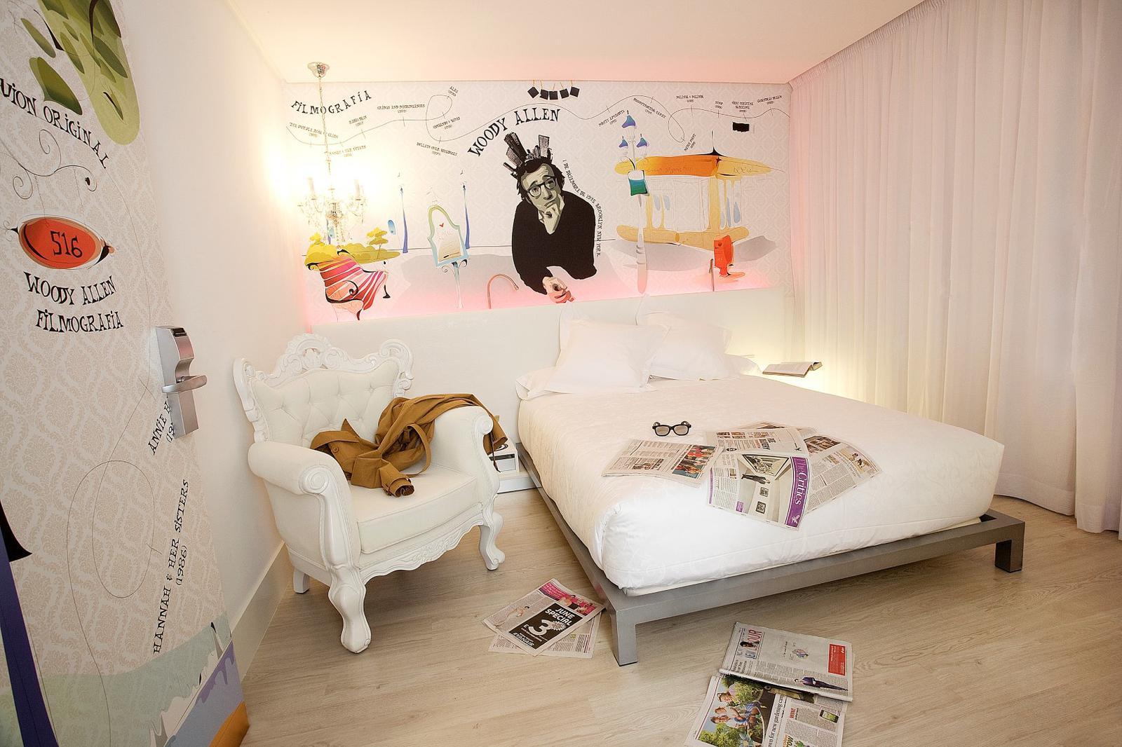 Dormir en una habitación de hotel decorada con motivos cinematográficos es un plan alternativo para este verano
