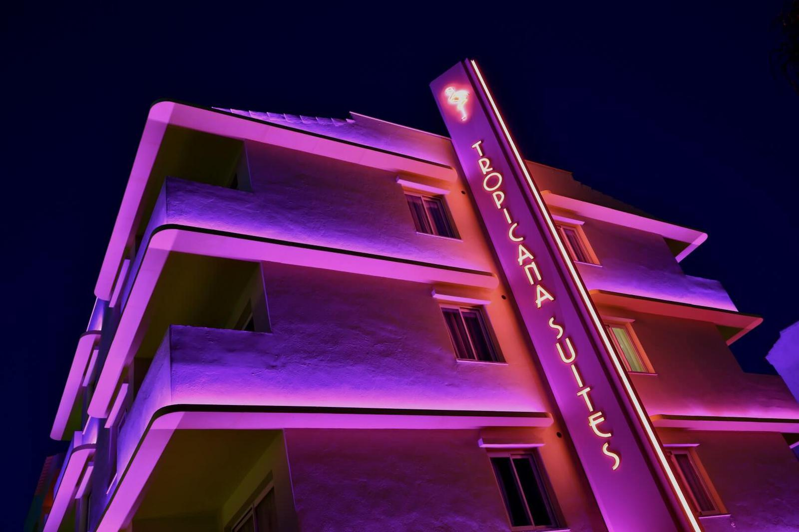 Viajar a Miami de los 80 en este increíble hotel en Playa d'en Bossa (Ibiza) Photo credit__Adam Johnston_AJP_1714