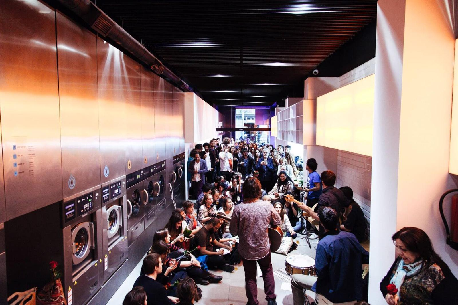 ¿Lavanderías con conciertos y degustación de gintonics? Es posible en Splashlaundry Barcelona.