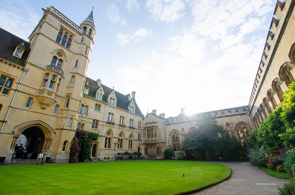 Join Footprints Walking Tours to see the university colleges in Oxford.
