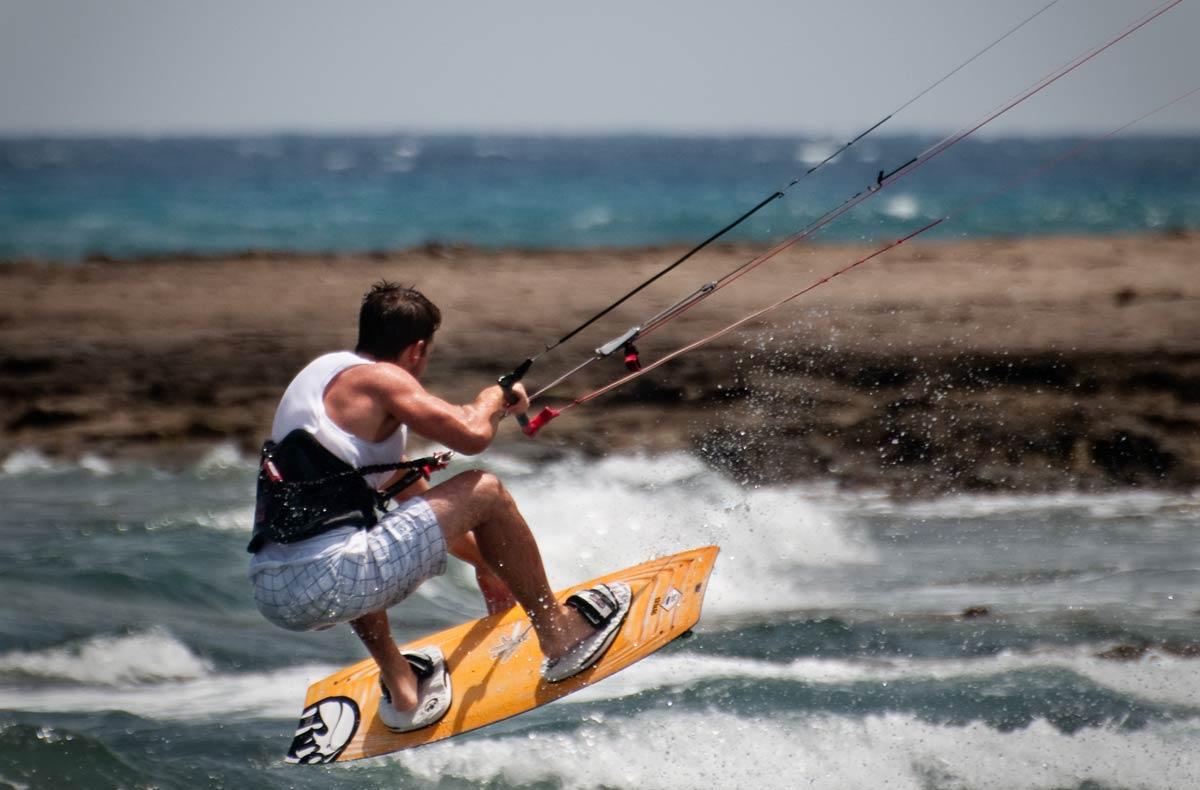 Prática de Kitesurfing em São Miguel do Gostoso, próximo à Natal