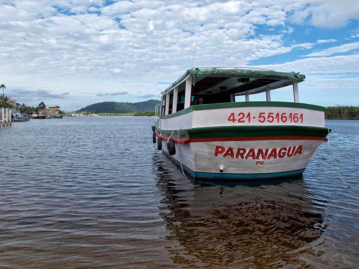 Barco na praia de Paranaguá, litoral do Paraná