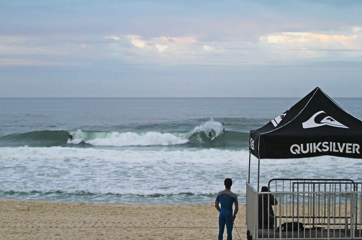 Surfista na Praia de Itaúna, em Saquarema, Rio de Janeiro