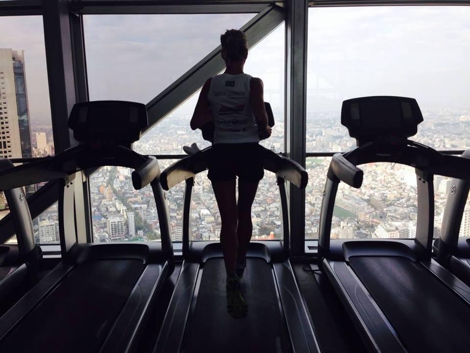 Daniela Santarosa maratonista correndo em Toquio