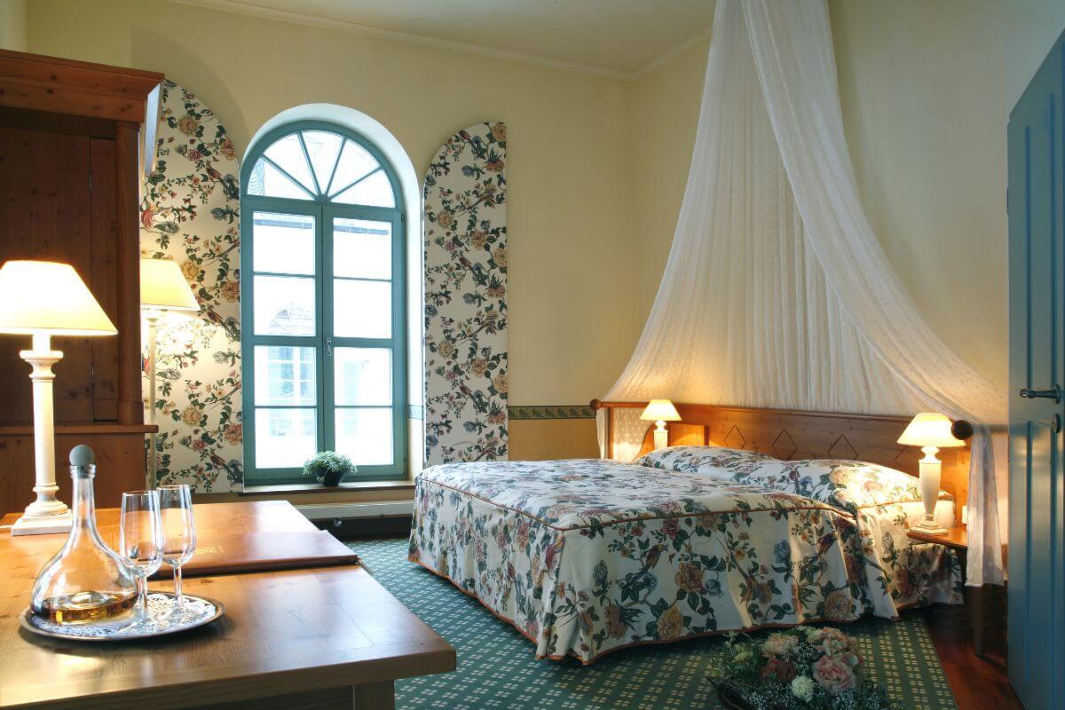 A room at the ski hotel Vigilius Mountain Resort.