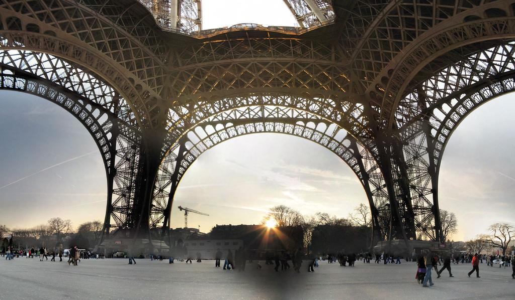 Entre les pieds de la Tour Eiffel