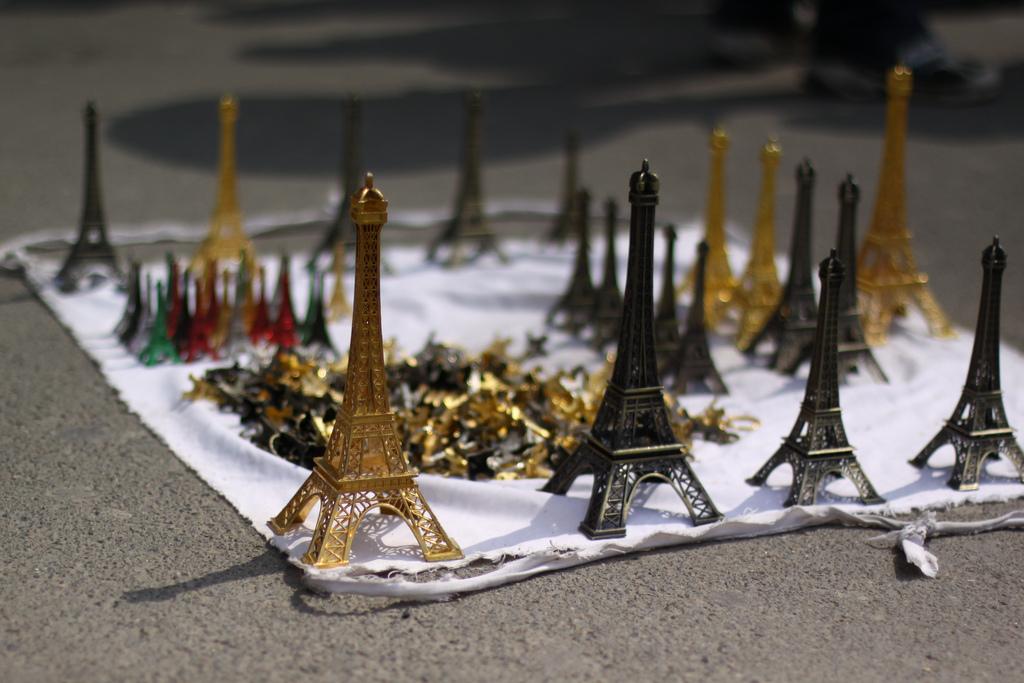 Drap d'un vendeur couvert de petites Tour Eiffel en métal dans les rues de Paris