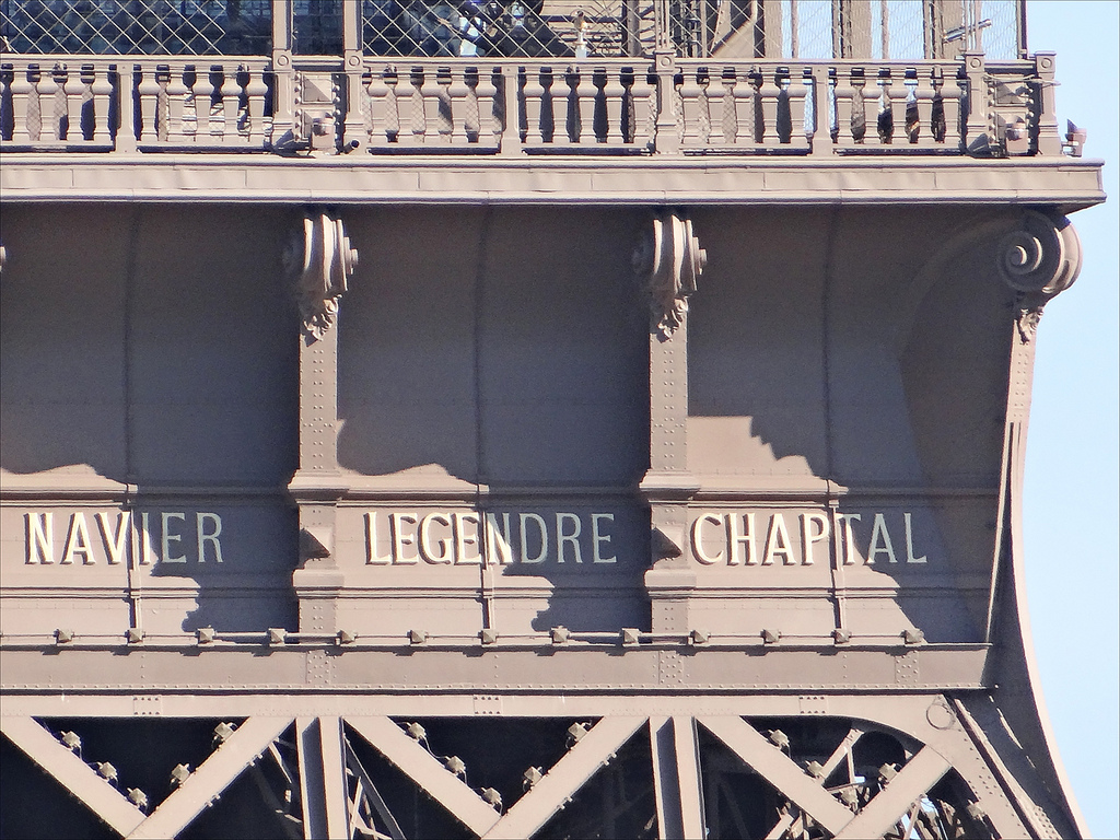 Noms de trois savants inscrits sur une des facades de la Tour Eiffel