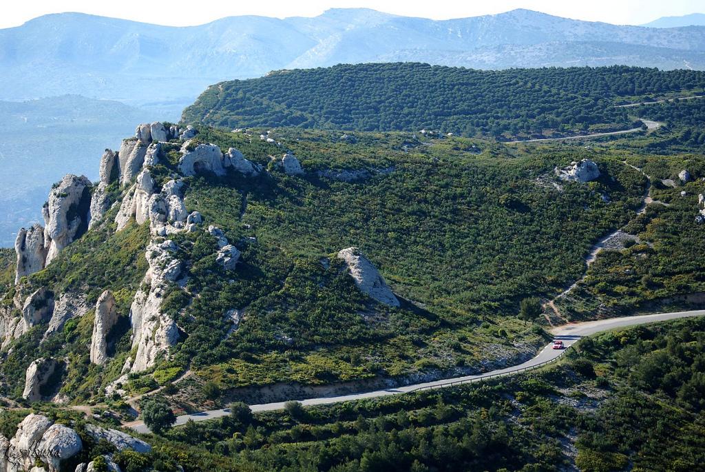 Le parcours en lacets de la Route des Crètes reliant La Ciotat à Cassis