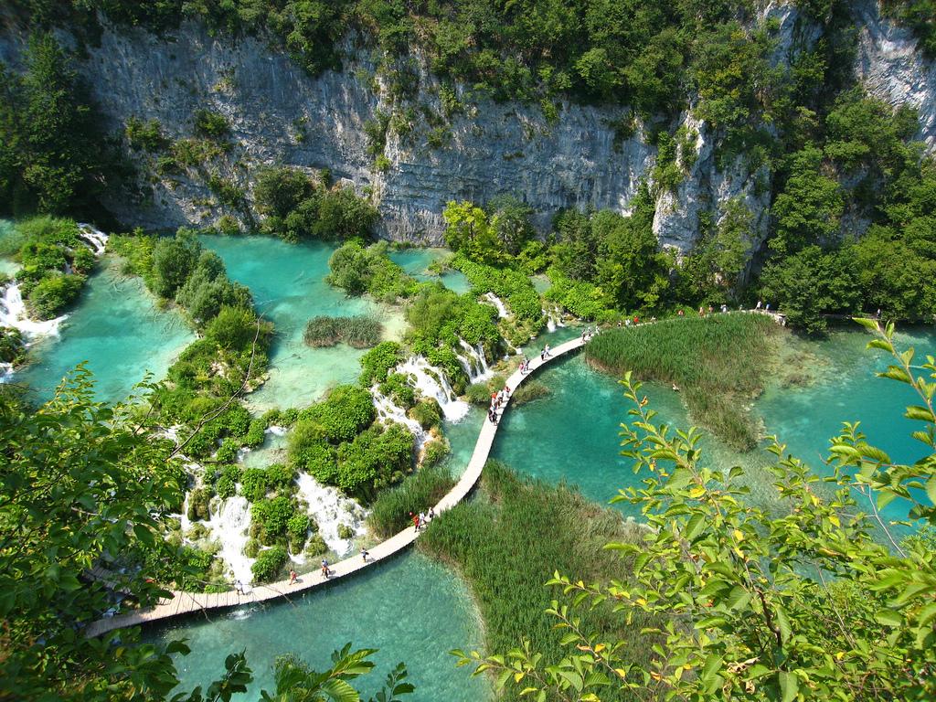 Vue aérienne du Parc de Plitvice, les touristes traversant le lac par une passerelle - Croatie