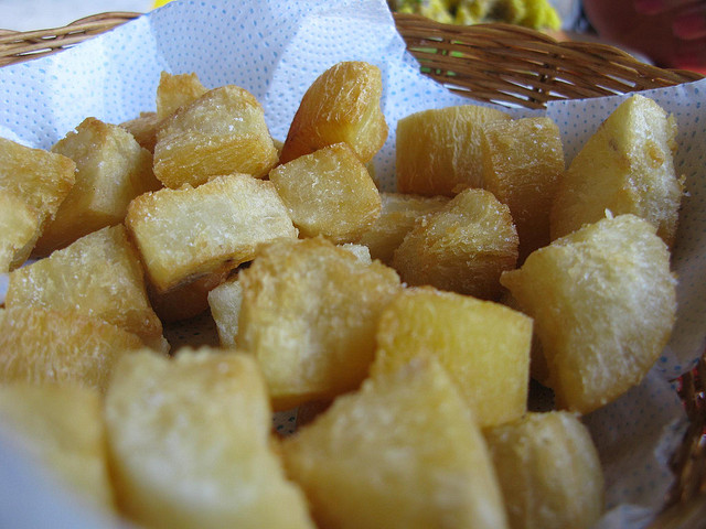 Frites de manioc dans un panier - spécialité culinaire du Brésil