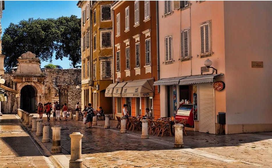 Balade dans la vieille ville de Zadar avec les remparts en arrière plan - Croatie