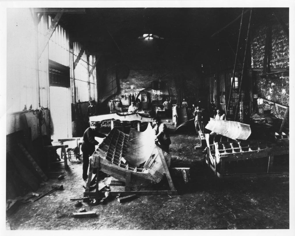 Le sculpteur Auguste Bartholdi attelé à la conception de la structure en bois de la Statue de la Liberté, dans son atelier parisien
