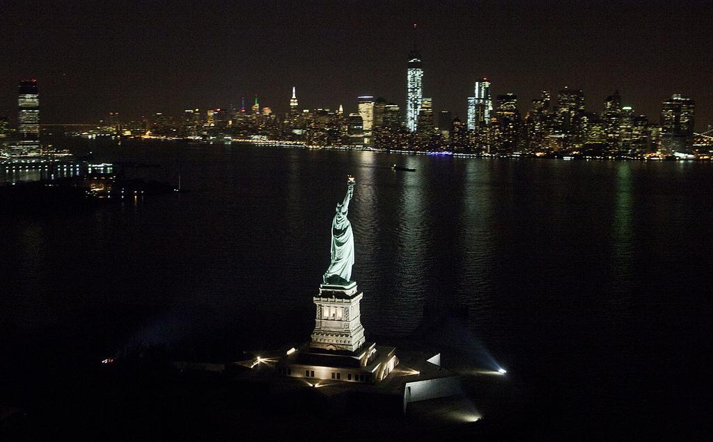 La Statue de la Liberté la nuit