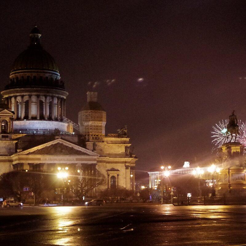 Rue de Saint Pétersbourg de nuit avec feux d'artifice en arrière-plan