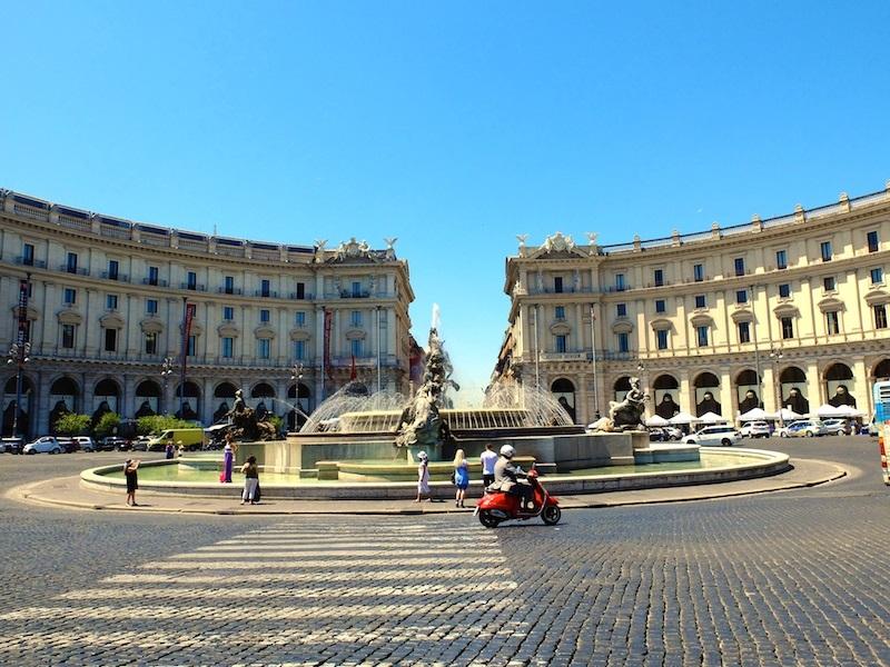 Homme en scooter à Rome, devant une fontaine