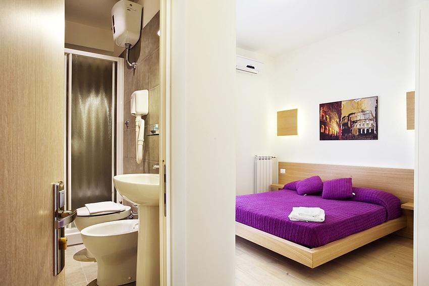 Vue d'une chambre et de sa salle de bain, de l'Hôtel Nansen