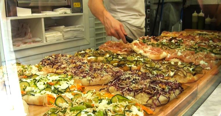 vitrine de parts de pizzas de la pizzeria Pinsere à Rome