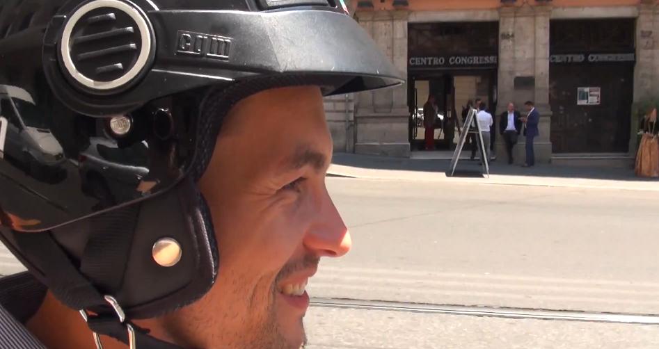 Alexandre Villain sur un scooter à Rome