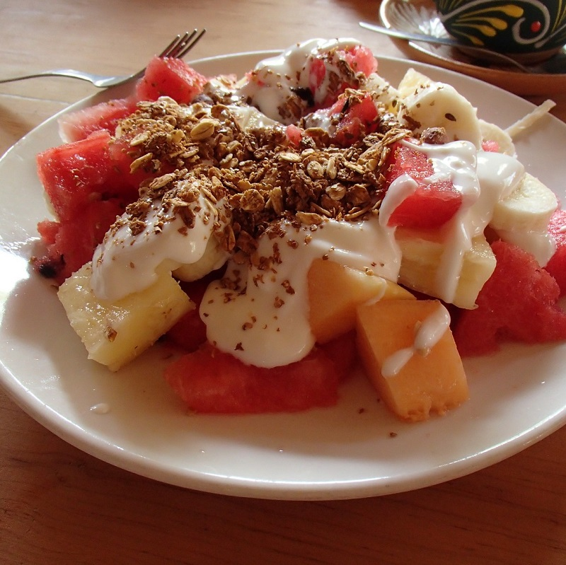 Fruits, granola, yaourt
