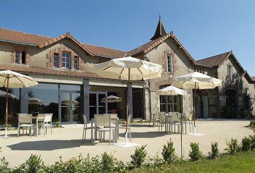 Tables et parasols sur la terrasse du Domaine