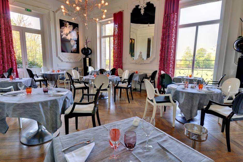 Tables dressées au restaurant du Domaine de Brandois