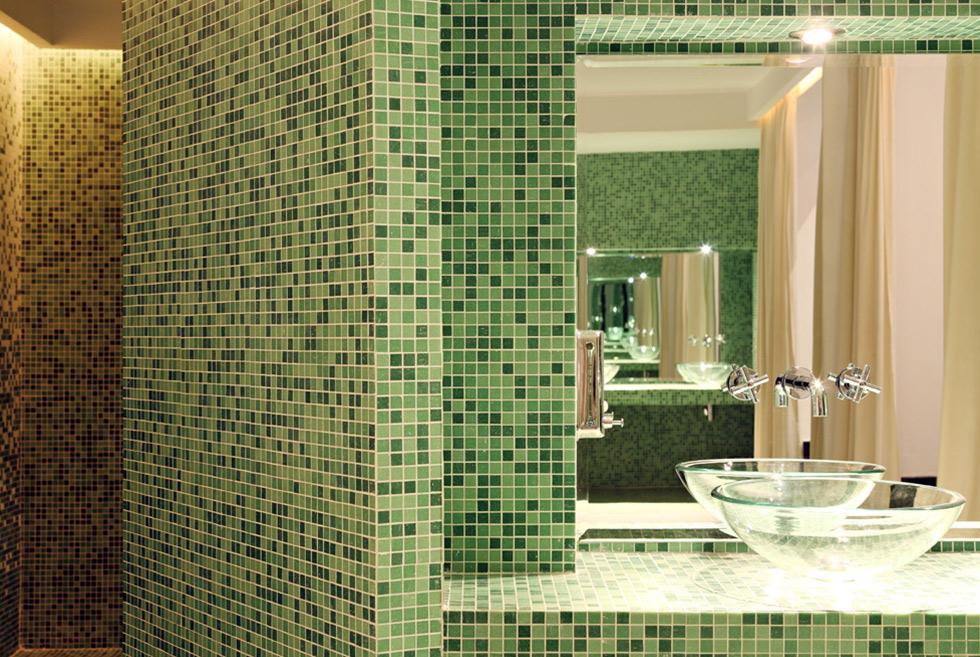 Tons de vert dans la douche et transparence dans la salle de bain