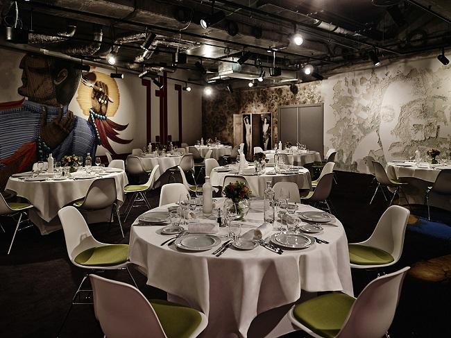 Peinture murale et tables dressées de la salle de réception du MOLITOR PARIS BY MGALLERY