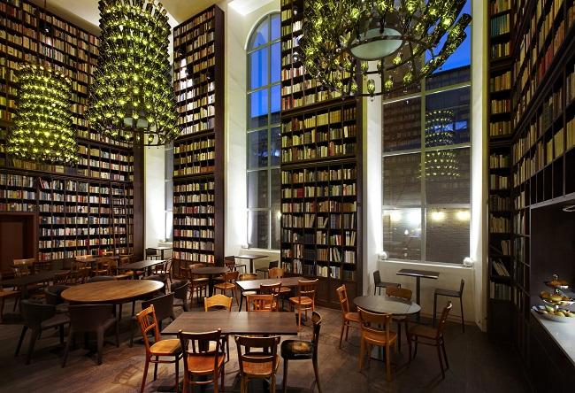 Bibliothèque et lustre en bouteille de bière - Hôtel B2 Boutique + Spa - Zurich - Suisse