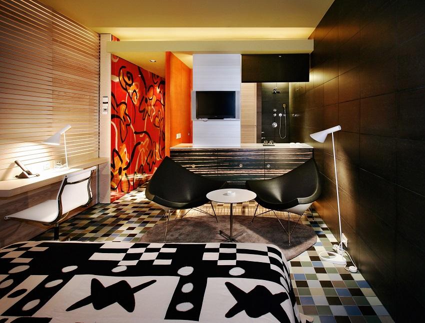 Bureau, salon et salle de bain d'une chambre du Silken Puerta América Madrid