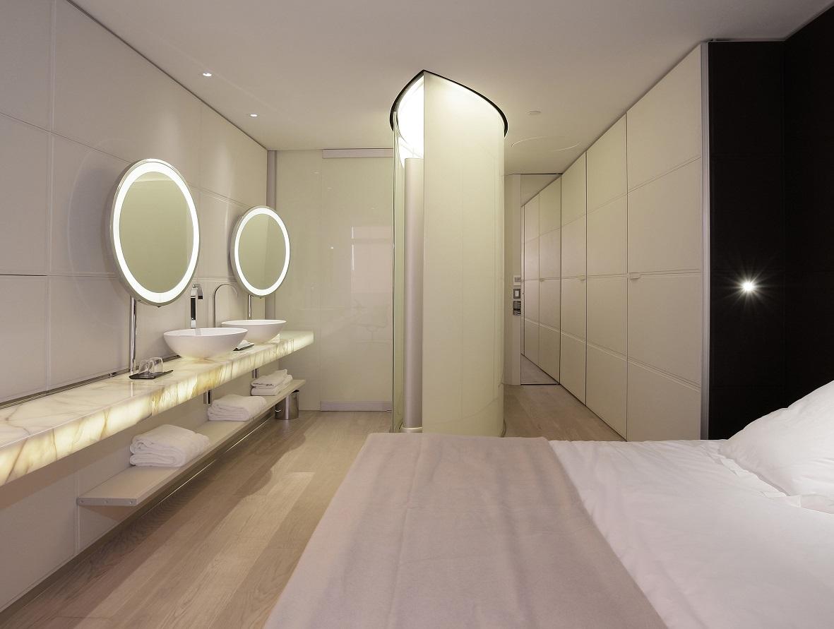 Salle de bain en marbre ouverte sur la chambre - Silken Puerta América Madrid