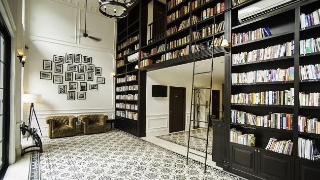 Bibliothèque, fauteuils et échelle - Hôtel The Alcove Library - Ho-Chi-Minh - Vietnam