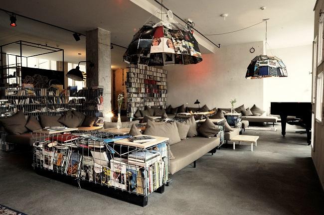 Piano, canapés, étagères de la bibliothèque de l'hôtel Michelberger - Berlin
