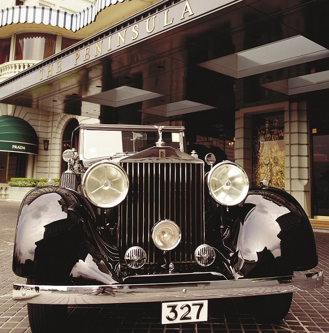 Rolls Phantom II garée sur le parvis d'un hôtel du groupe Hong Kongais The Peninsula