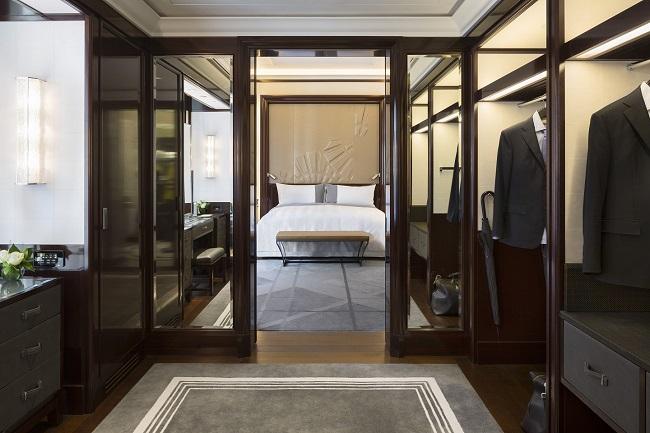 Dressing et lit d'une suite du Peninsula Paris