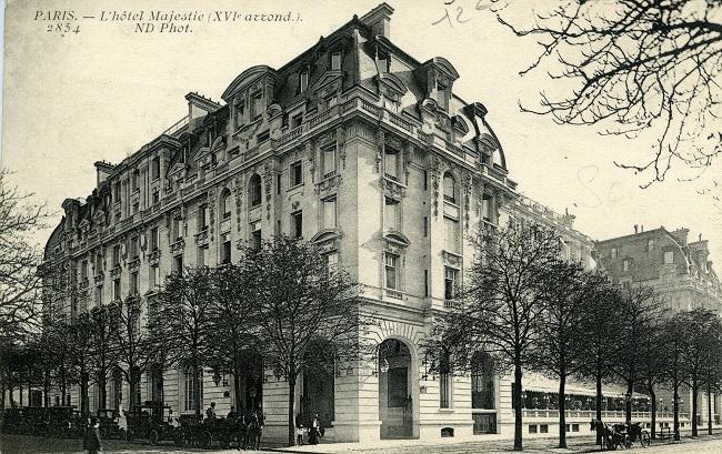 Photo noir et blanc en extérieur de la facade de l'hôtel Majestic