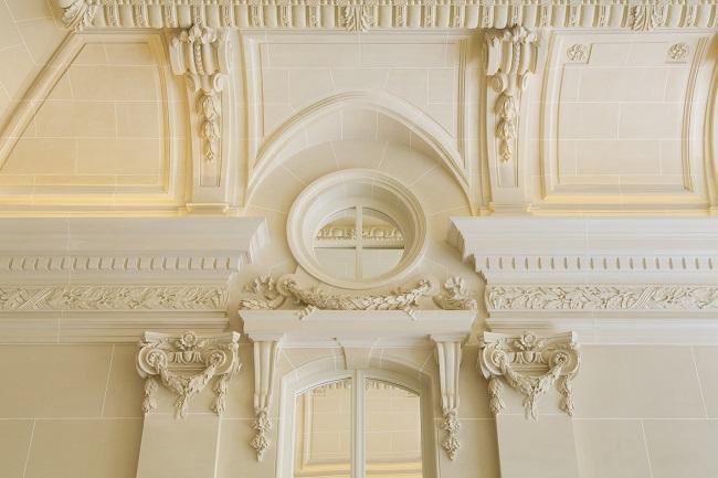 Détails des ornements de marbre de l'hôtel