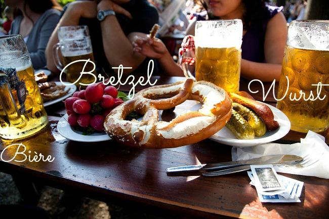 Bière, radis, bretzel, cornichons et saucisses sur une table à l'occasion de l'Oktoberfest