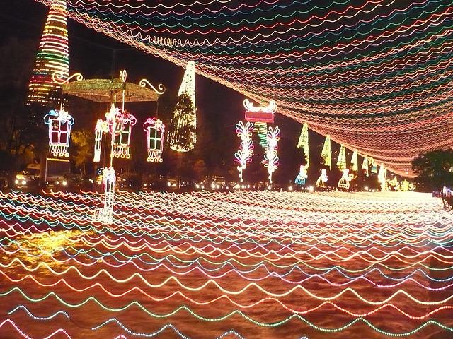 Illuminations de Noel du fleuve de la Medellin en Colombie