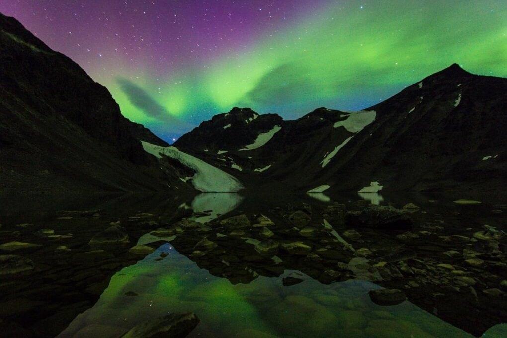Aurore Boréale au-dessus du Lac Tarfala en Laponie Suédoise