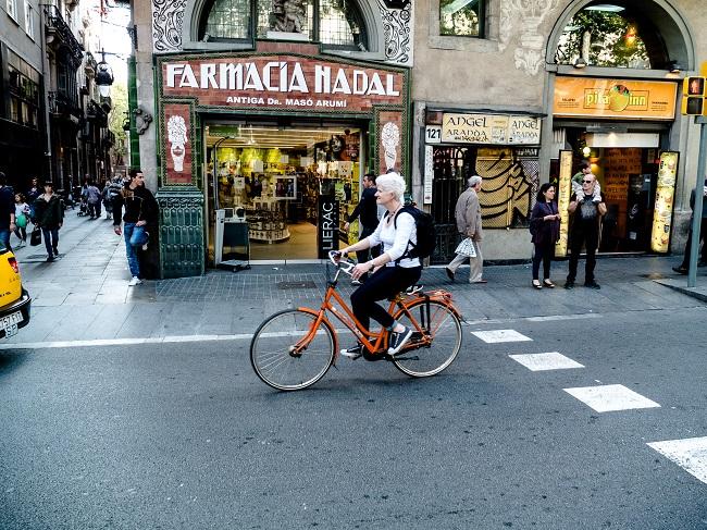 Faire du vélo dans les rues de Barcelone