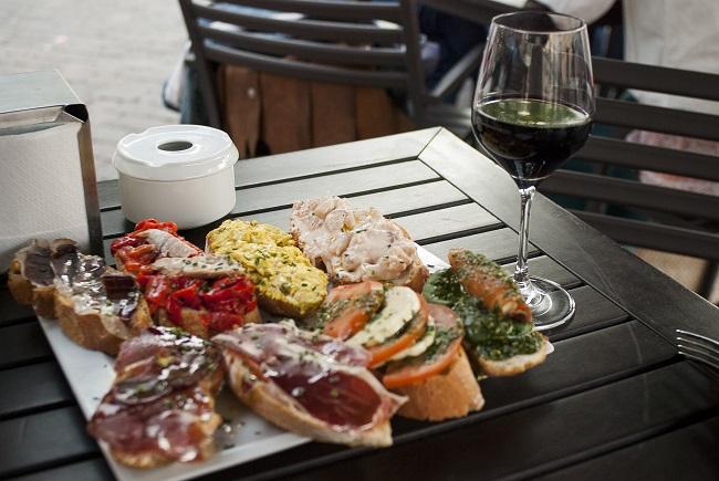 Tapas et verre de vin à Madrid