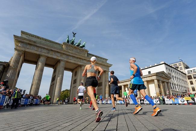 Coureur du marathon de Berlin devant la porte de Brandebourg