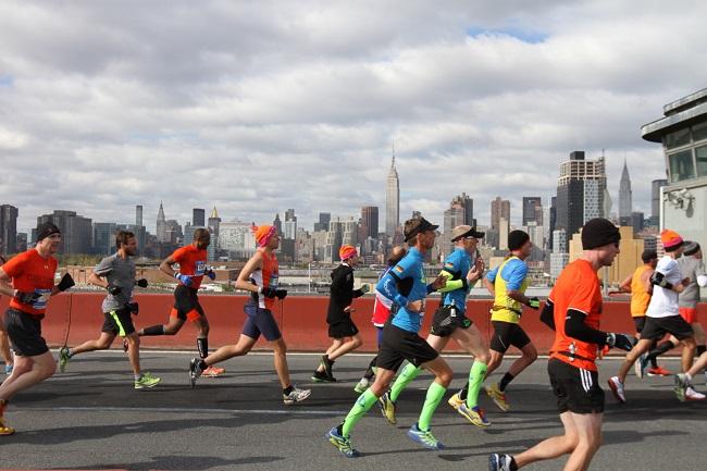Coureurs du Marathon de New York avec Manhattan en fond