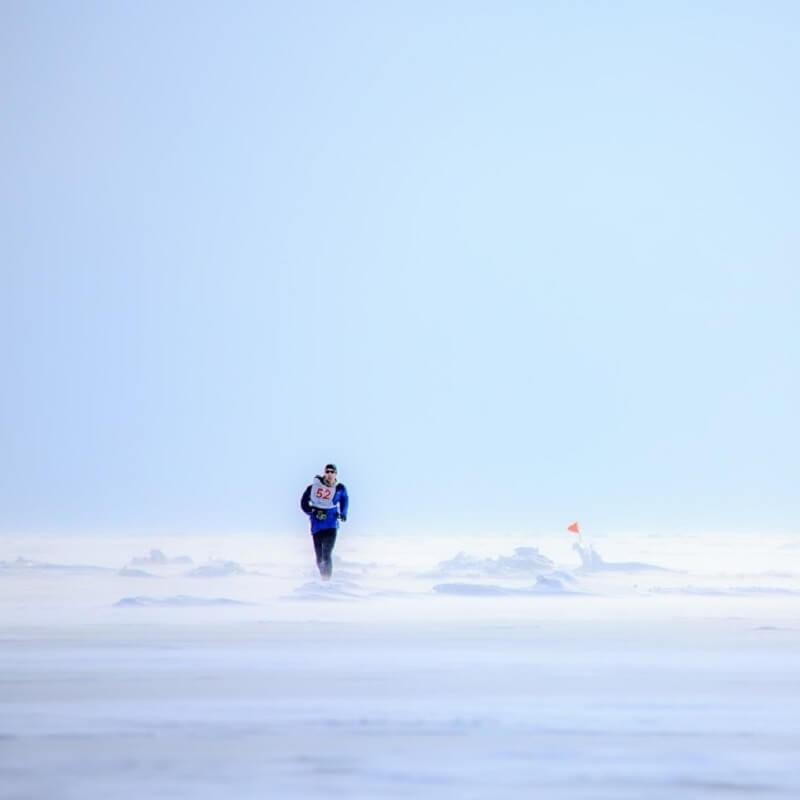 Un coureur sur les eaux glacées du Lac Baikal