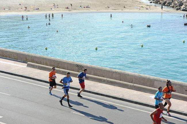 Coureurs du marathon de Marseille le long de la Plage du Prado