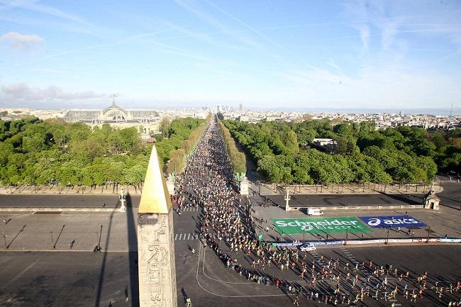 Vue aérienne du marathon de Paris sur la Place de la Concorde