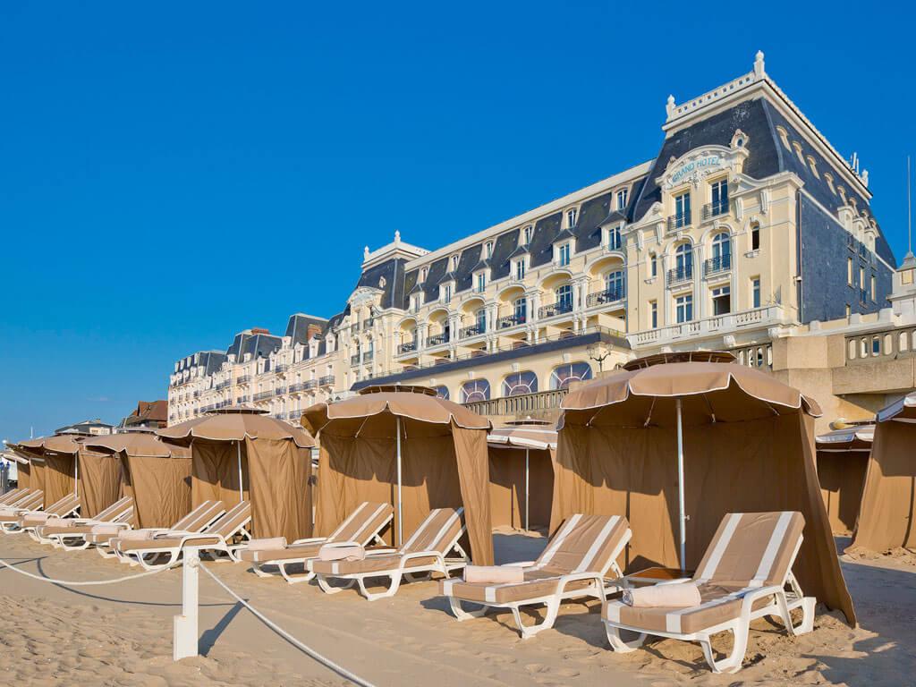 Transats sur la plage - Grand Hôtel de Cabourg